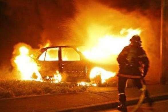 На стоянці в Києві горіли три автомобілі