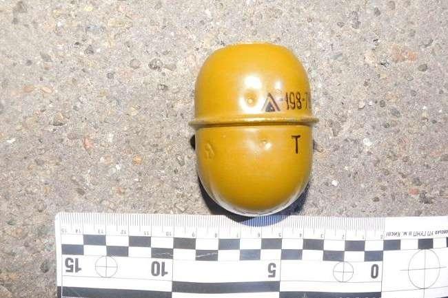 На вулиці в Києві поліція затримала молодика із гранатою в сумці (фото)