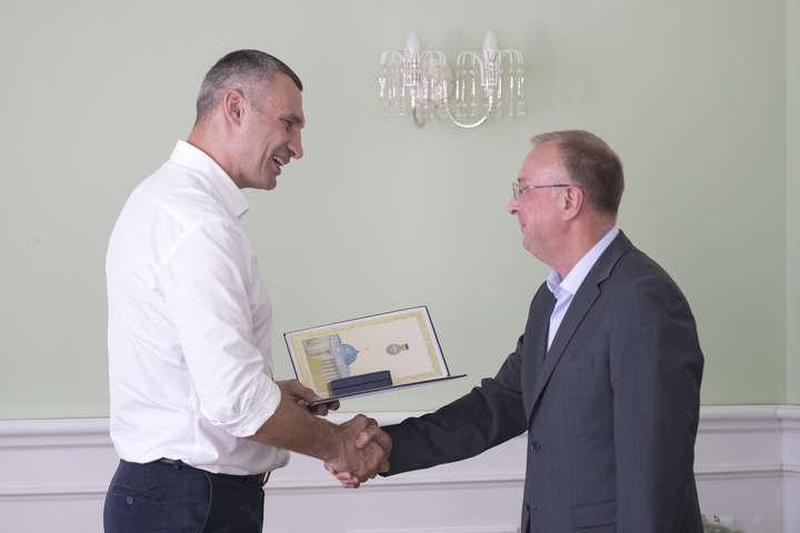 Кличко вручив киянам державні нагороди до Дня Незалежності (фото)
