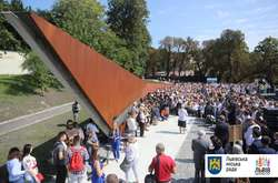 Фото: — <p>Меморіал складається з двох частин: площі зі стелою на верхній терасі і пішохідного моста між пагорбами уздовж вулиці Кривоноса</p>