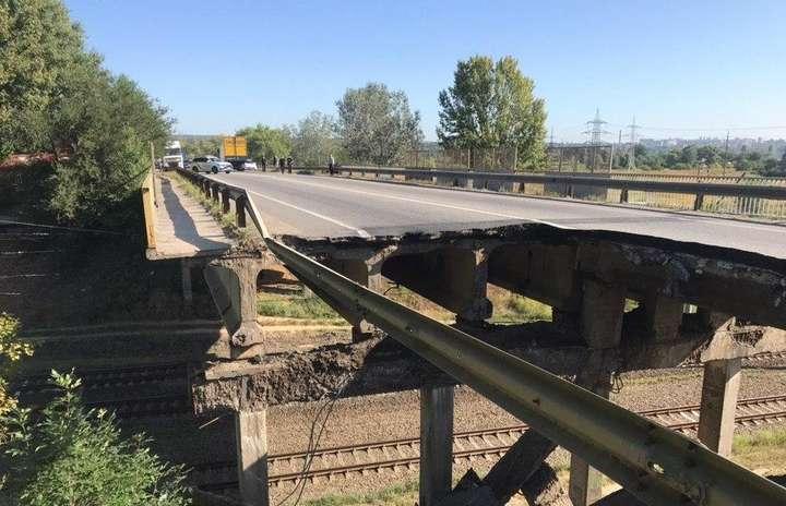 Під Харковом обвалився автомобільний міст