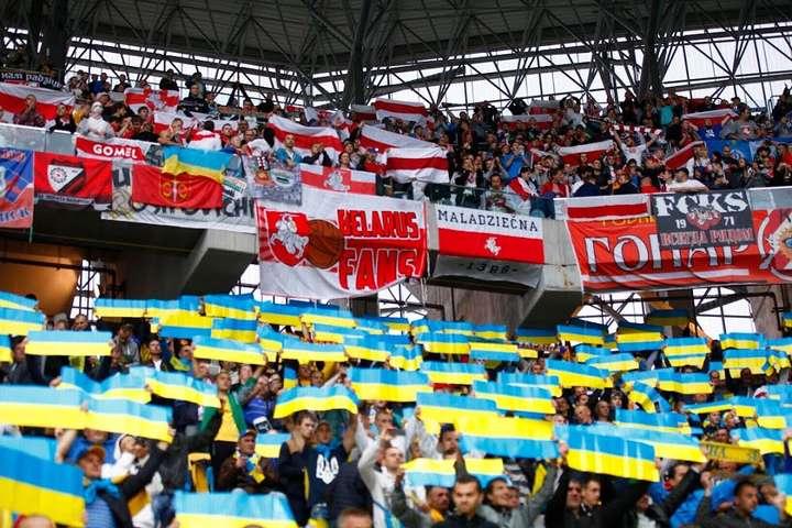 Такою була атмосфера під час матчу Україна — Білорусь у Львові в 2015-му — Білоруські фанати заряджали на трибунах «Слава Україні – Героям Слава» під час матчу відбору Євро-2020 (відео)