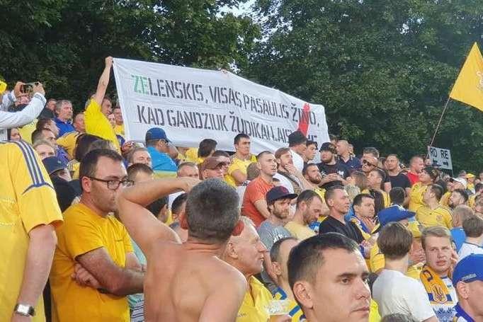 Активісти намагаються достукатися до Зеленського литовською — На стадіоні в Литві Зеленському нагадали, що вбивці Гандзюк на свободі (фото)