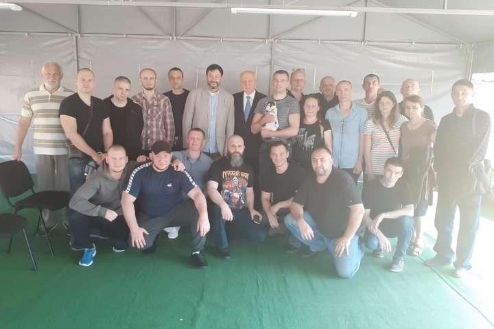 У московському аеропорту на ув'язнених, повернених українською стороною, чекали лише порожні мікроавтобуси — «А как же скрепы?». Обмін ув'язненими очима російських ЗМІ