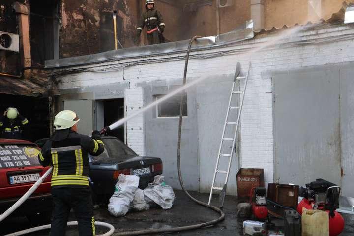 Загоряння сталося в гаражах із розповсюдженням на сусідню 3-поверхову будівлю — У центрі Києва сталася велика пожежа (фото)
