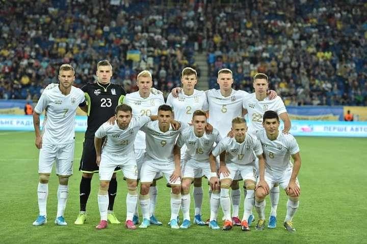 На матчі Україна – Нігерія фанати поінформували УЄФА про аферу Коломойського (фото)