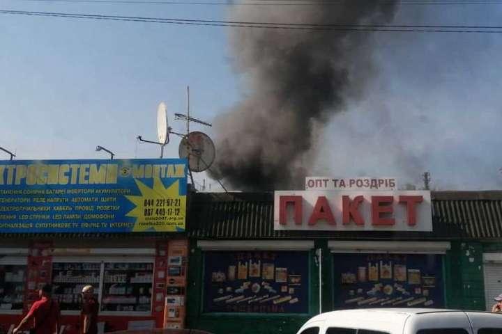 На ринку загорівся кіоск - На ринку «Юність» у Києві бушує пожежа (відео)