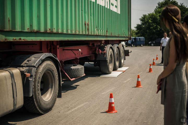 За руйнування доріг перевантаженим транспортом доведеться сплачувати штраф
