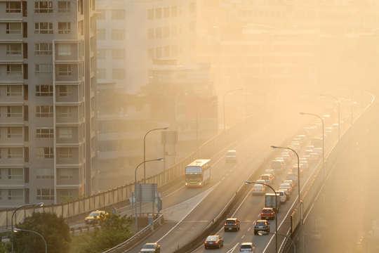 Найбільший рівень забруднення повітря спостерігається в районах великих автомагістралей міста - Названо райони Києва із найбільш забрудненим повітрям