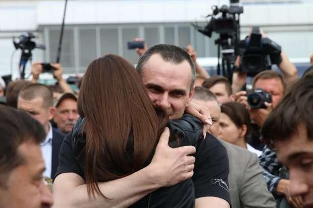 7 вересня в Україну з РФ повернулися 35 політв'язнів - Визволені заручники Кремля отримають по 100 тисяч гривень
