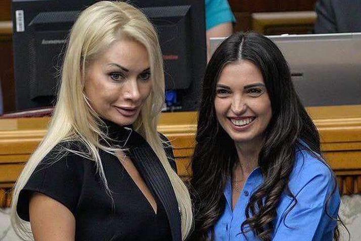 Ірина<span>Аллахвердієва</span>(ліворуч) приходила в Раду в сукні з нашийником — Інтимне листування і відверте вбрання: чим запам'яталися нові депутатки Ради
