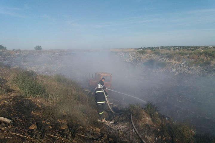 Сміття горить на орієнтовній площі 1 тис. кв. м, причина пожежі наразі встановлюється — На Миколаївщині горить несанкціоноване сміттєзвалище