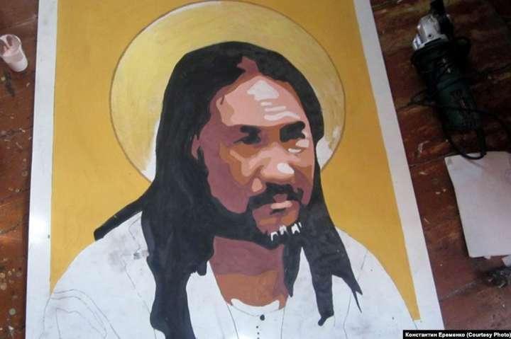 У Росії шамана, який йшов виганяти Путіна, намалювали в образі святого