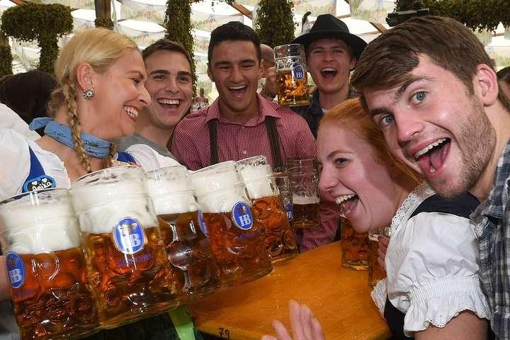 Мільйони відвідувачів та літрів випитого пива. У Німеччині стартував легендарний Октоберфест