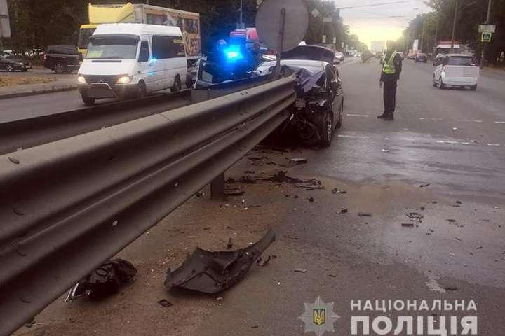 У Києві водій легковика протаранив металевий відбійник і загинув на місці аварії (фото)