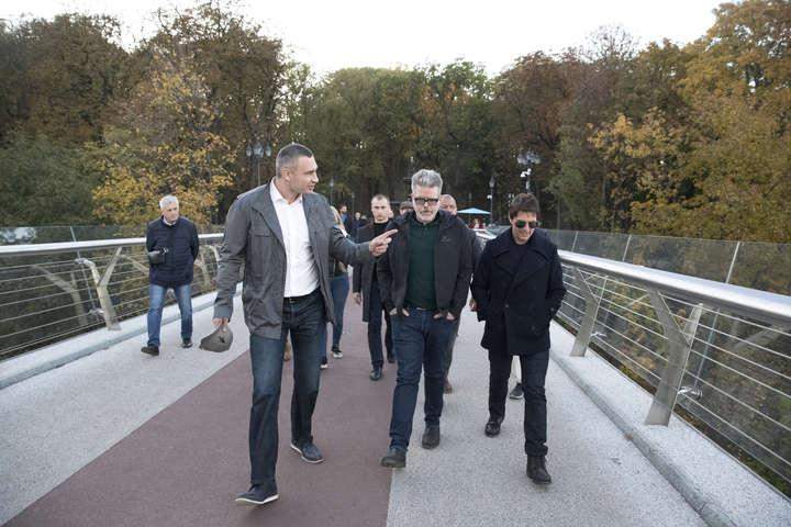 Брати Клички прогулялися з Томом Крузом пішохідно-велосипедним мостом — Брати Клички влаштували Тому Крузу екскурсію Києвом (фото)