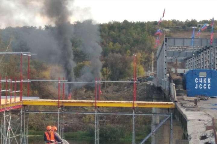 Наразі будівельники здійснюють монтаж огорожі та настилу на обхідному мосту