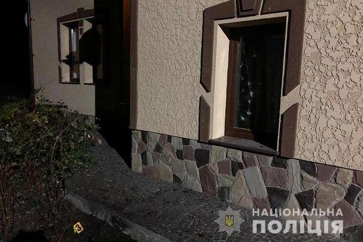 В результаті вибуху пошкоджено фасад будинку — У Калуші невідомі кинули дві гранати у двір будинку