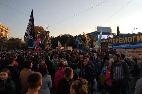 Активісти пишуть, що акцію протесту у Харкові розпочали традиційно з Гімну України. — Харків приєднався до всеукраїнської акції «Ні капітуляції!»