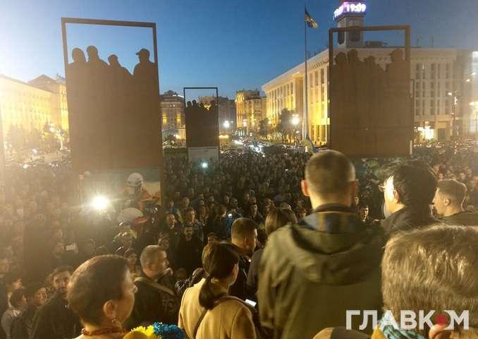 <span>На Майдані — другий день протесту проти капітуляції</span> — «Вову до Віті!» На Майдані кілька тисяч людей протестують проти капітуляції