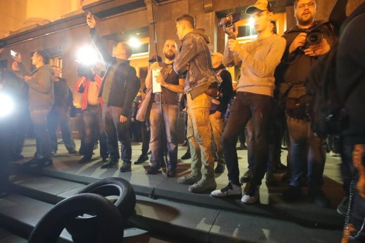 Мітингувальники під Офісом президента поступово розходяться — Під Офісом президента завершилася акція «Ні капітуляції!»