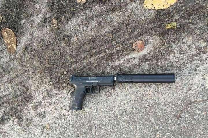 При огляді місця події правоохоронці виявили три пістолети іноземного виробництва, один — із глушником — Оприлюднено відео ліквідації рецидивіста під час спецоперації під Києвом