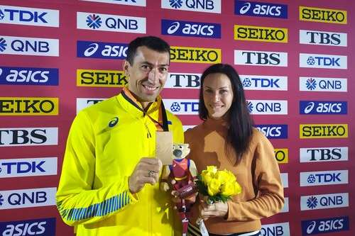 Символічне нагородження Олексія Касьянова провела його дружина, чемпіонка світу-2013 Анна Касьянова — Український спортсмен отримав відібрану в російського допінгіста медаль чемпіонату світу-2009 (відео)