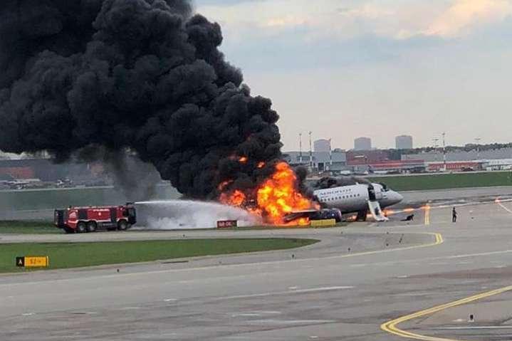 <span>Внаслідок пожежі на літаку в московському аеропорту «Шереметьєво» загинула 41 людина</span> — Пілота літака, який згорів в Росії, звинуватили у загибелі 41 людини. Він стверджує, що не винен