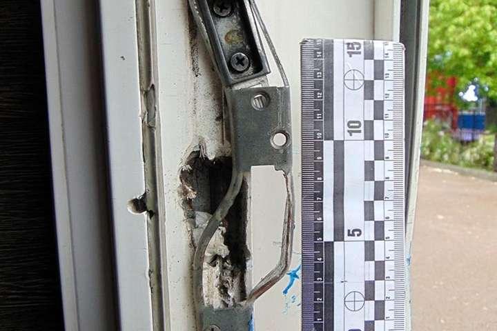 Зловмисник потрапив до приміщення кафе, зламавши замок вхідних дверей — У Києві поліція затримала чоловіка, який обкрадав кав'ярні