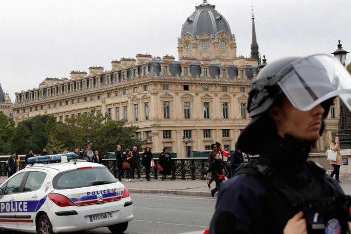 Зловмисник був озброєний керамічним ножем іпоранив п'ятьох людей вбудівлі паризької префектури поліції — У Парижі на поліцейський відділ скоєно напад: вбито четверо силовиків