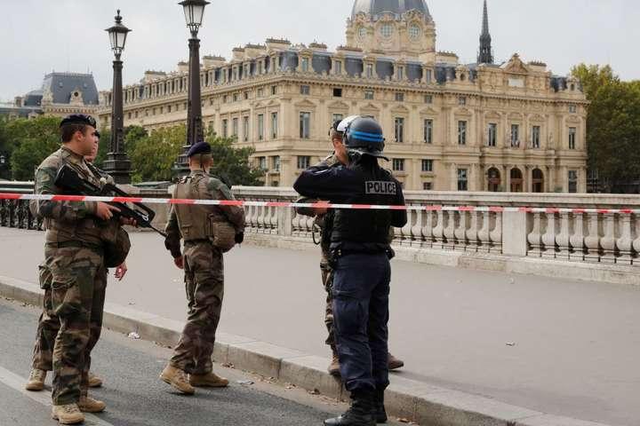 Жертвами нападу сталитроє офіцерів поліції і адміністратор — Напад на поліцейський відділ у Парижі розслідують як убивство, а не теракт