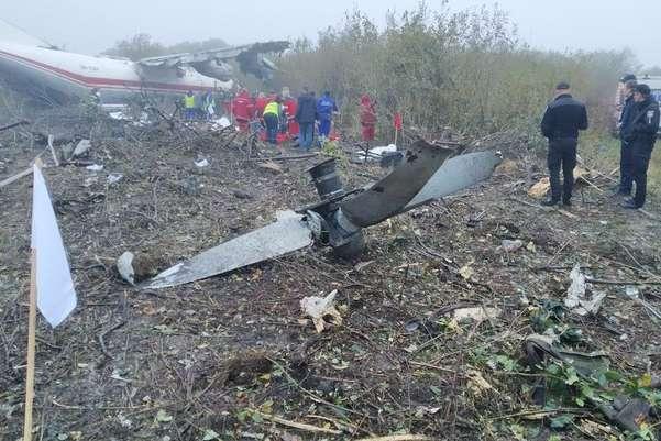 Доля двох осіб, які були на борту, поки невідома. Аварійно-рятувальні роботи тривають — Внаслідок падіння літака під Львовом загинули три людини