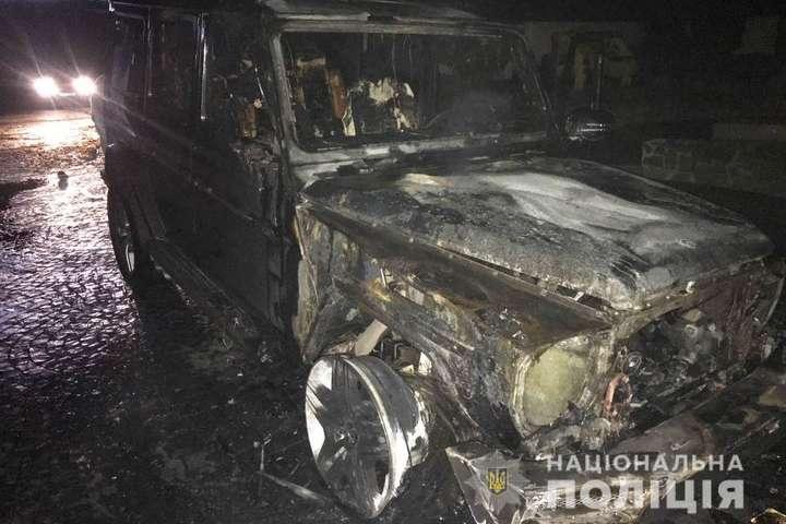 <p>Вогнем знищено передню частину та салон автомобіля Mercedes-Benz G63 Об этом сообщает <a href=