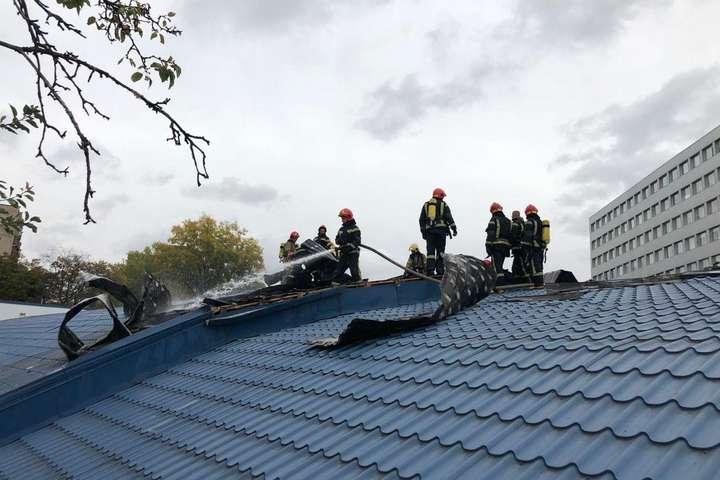 Вогнем було охоплено 100 кв. м даху — У Києві горів супермаркет (фото)