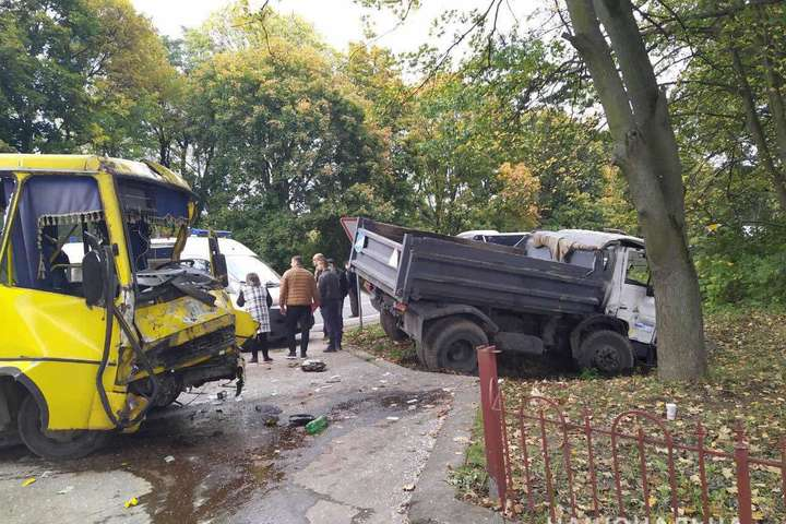 ДТПсталася на автодорозі Львів – Шегині — На Львівщині вантажівка зіткнулася з маршруткою: 10 постраждалих