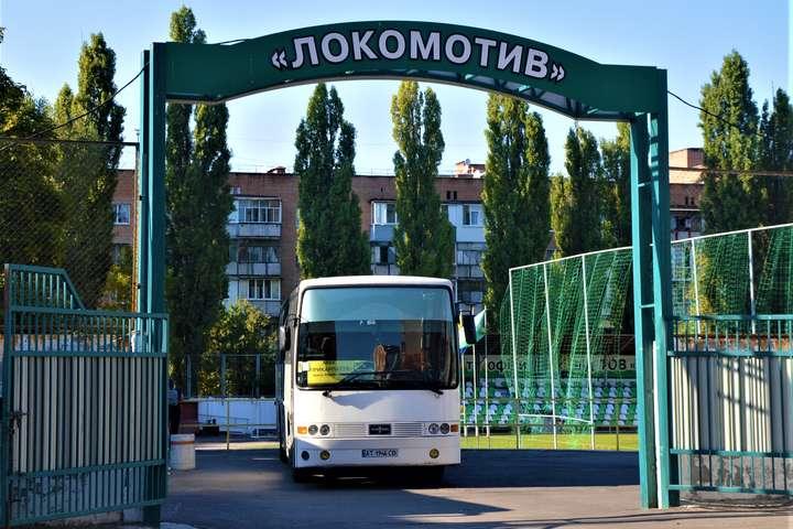 Пригодницький автобус«Прикарпаття» — Команді першої ліги по дорозі на матч чемпіонату України зламався автобус. Добиралися автівками