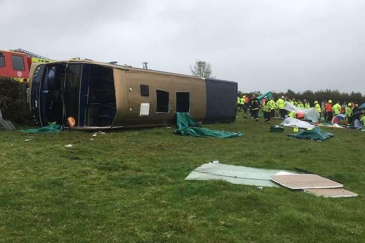 У Британії перекинувся двоповерховий автобус — багато постраждалих