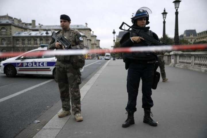 Перед скоєнням нападу зловмисник придбав два ножі — металевий та керамічний — Прокуратура Франції: нападник на поліцейських у Парижі був ісламістом