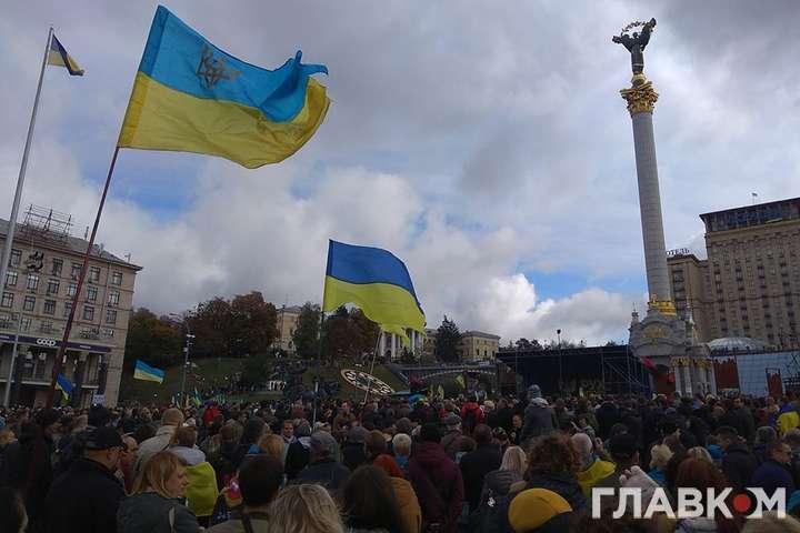 Збираються ті, хто не згоден з втіленням командою Зеленського запропонованої Росією «формули Штайнмаєра» — На Майдані Незалежності відбулося віче «Зупинимо капітуляцію!»