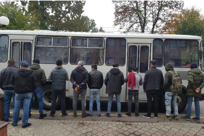 11 нелегальних мігрантів працювали на торгівельних точках та складах ринку «Столичний» — Поліція затримала групу нелегалів на ринку «Столичний» (фото)