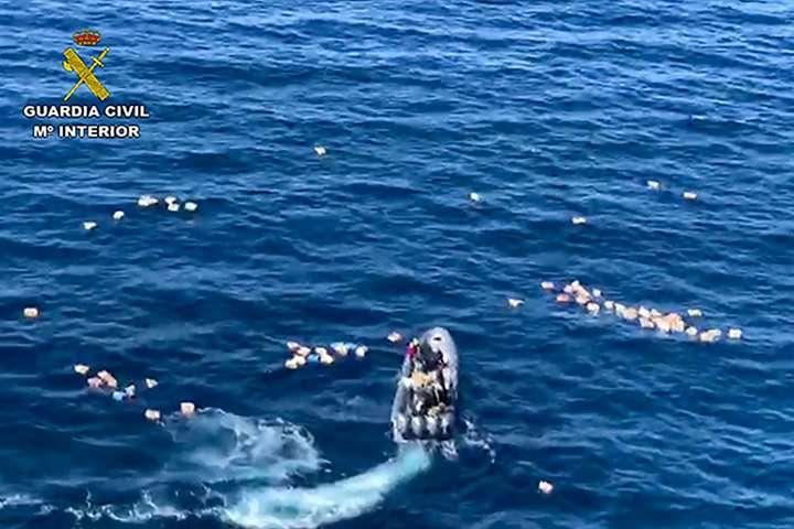 В Іспанії контрабандисти врятували в морі поліцейських, які їх переслідували