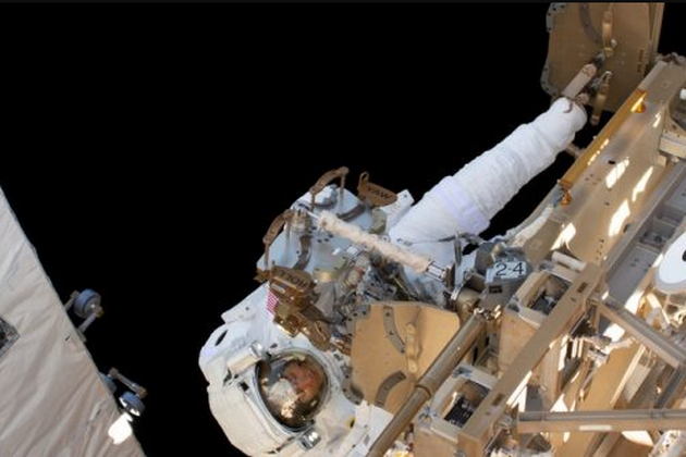 Роботи поблизуМіжнародної космічної станції проводилиастронавти Крістіна Коч та Ендрю Морган