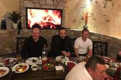 Фото: - Віктор Леоненко, Олександр Алієв і компанія пили розливне пиво з пластикових пляшок