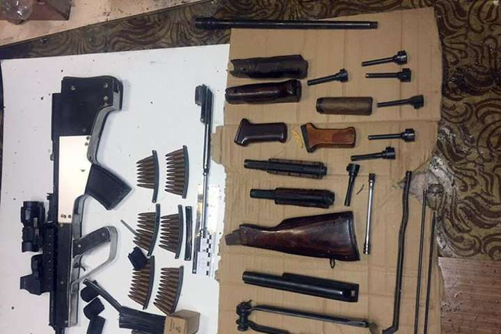 Поліція знайшла боєприпаси та зброю під час обшуку у помешканні киянина та гаражі - Карабін, вибухівка, патрони: спецпризначенці знайшли у киянина арсенал зброї (фото)