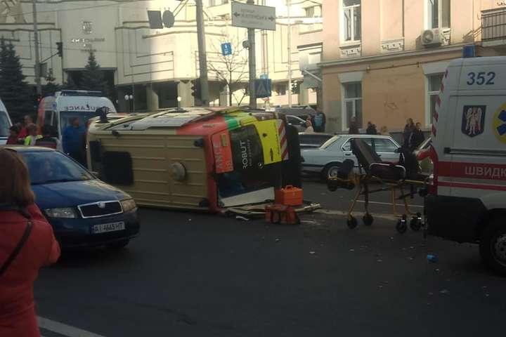 В результаті ДТП машина швидкої допомоги опинилася перекинутою на бік - Біля Конституційного суду перекинулася «швидка» (фото)