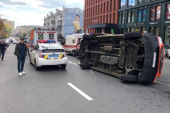 В результаті зіткнення з легковиком «швидка» перекинулася на бік - З'явилося відео, як у центрі Києва Ford протаранив «швидку»