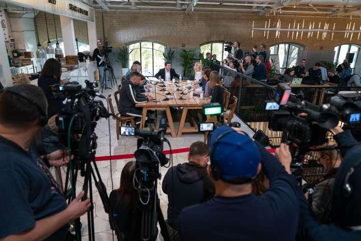 <p>Пресмарафон президента проходить на території Kyiv Food Market</p> <p> — В Офісі президента пояснили, що не хотіли проводити пресмарафон «в офіційному приміщенні»»></p></div> <div class=