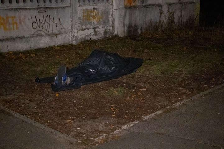 Біля лікарні на Чернігівській у Києві знайшли мертвого чоловіка
