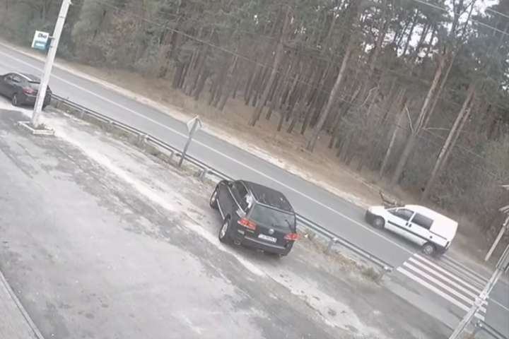 Момент ДТП зафіксувала камера відеонагляду - Жахлива ДТП під Києвом: автівка збила дитину на «зебрі» (відео)