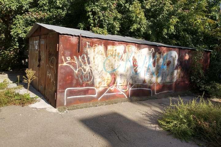 Іржаві гаражі у дворах - київська естетика